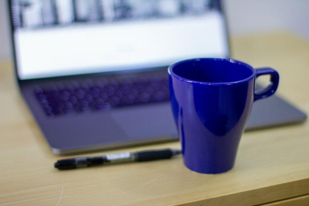 Kaffikopp penn og PC og klar for Kurs SEO nybegynner online.