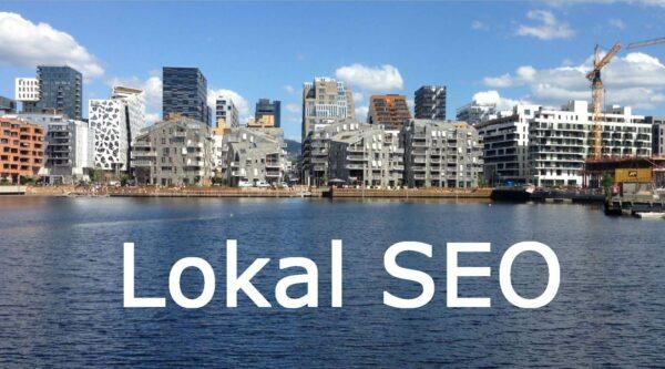 Lokal SEO skrevet i hvit uthevet tekst på vannet foran Barcode og Bjørvika i Oslo